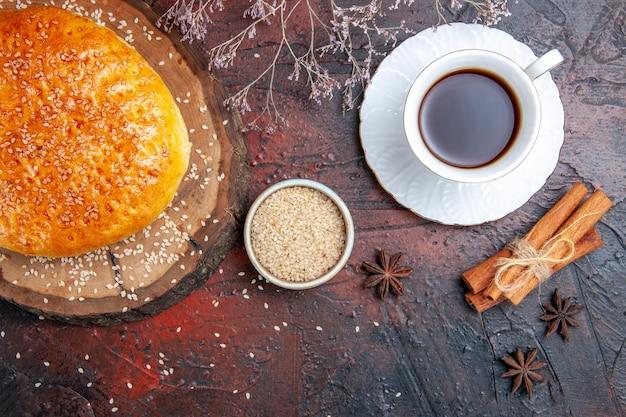 暗い表面にお茶を入れた上面図の甘い焼きたてのパン