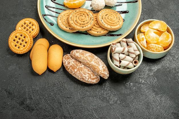 Vista dall'alto biscotti dolci con caramelle al cocco su sfondo grigio
