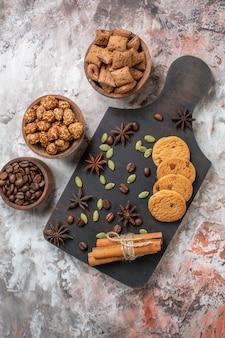 ライトテーブルの上のコーヒーとクルミと甘いビスケットの上面図