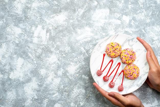 흰색 배경에 크림과 함께 상위 뷰 달콤한 비스킷 쿠키 비스킷 설탕 파이 케이크 달콤한 차