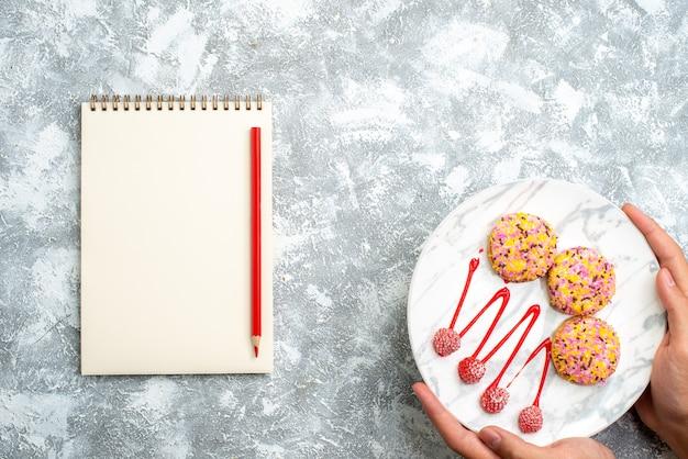 上面図白い背景にクリームと甘いビスケットクッキービスケットシュガーパイケーキスウィートティー