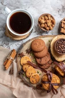 Biscotti dolci vista dall'alto con noci e tazza di caffè sul tavolo luminoso