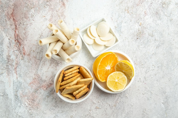 上面図白いテーブルにレモンと甘いキャンディーキャンディー甘いフルーツシュガー