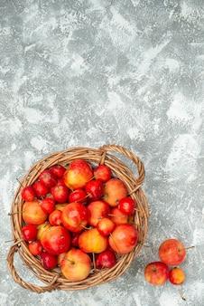 Вид сверху черешни со сливами на белом фоне, спелые фрукты, спелые свежие витамины, здоровье