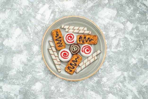 Vista dall'alto biscotti dolci e torte su sfondo bianco torta biscotto tè zucchero biscotto dolce