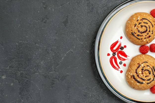 어두운 회색 배경에 차에 대한 상위 뷰 달콤한 쿠키 맛있는 과자 쿠키 설탕 달콤한 비스킷 케이크