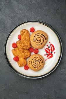 トップビュー甘いクッキー灰色の背景にお茶のためのおいしいお菓子クッキーシュガー甘いビスケットケーキ