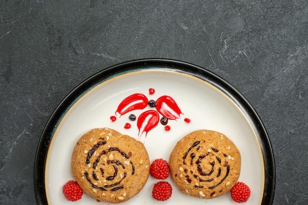 회색 배경에 차에 대한 상위 뷰 달콤한 쿠키 맛있는 과자 쿠키 설탕 달콤한 비스킷