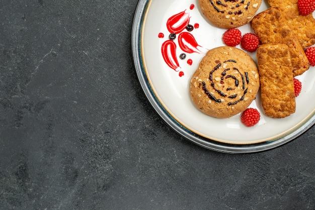 회색 배경에 차에 대한 상위 뷰 달콤한 쿠키 맛있는 과자 쿠키 설탕 달콤한 비스킷 케이크