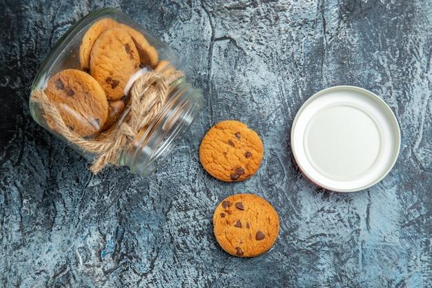 Vista dall'alto di biscotti dolci all'interno può sulla superficie scura