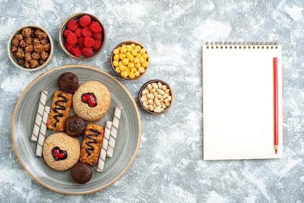 Вид сверху сладкое печенье с леденцами на белом фоне печенье бисквит сахарный торт сладкий пирог торт