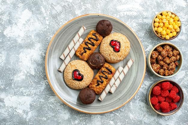 흰색 배경에 설탕 사탕과 상위 뷰 달콤한 쿠키 쿠키 비스킷 설탕 케이크 달콤한 파이 케이크