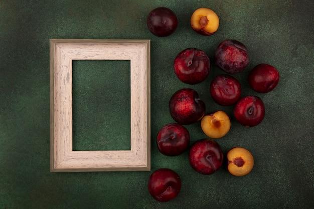Vista dall'alto di dolci trame dalla pelle rosso scuro isolato su uno sfondo verde con spazio di copia
