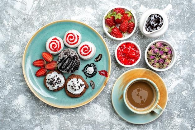 흰색 배경에 커피 한잔과 함께 상위 뷰 달콤한 맛있는 비스킷 비스킷 설탕 케이크 달콤한 쿠키