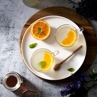 Вид сверху сладкие напитки с оранжевыми стаканами