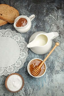 暗い表面の朝の食べ物の朝食にパンと甘い蜂蜜の上面図