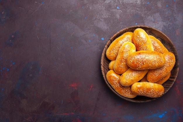 상위 뷰 달콤한 버거 어두운 바닥에 차 맛있는 구운 반죽 식사 과자 반죽 차 음식 패티