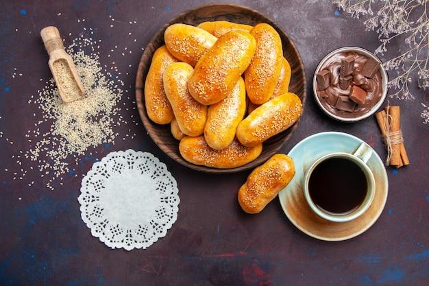 어두운 책상 식사 과자 반죽 차 음식 패티에 차와 초콜릿 한잔과 함께 상위 뷰 달콤한 버거