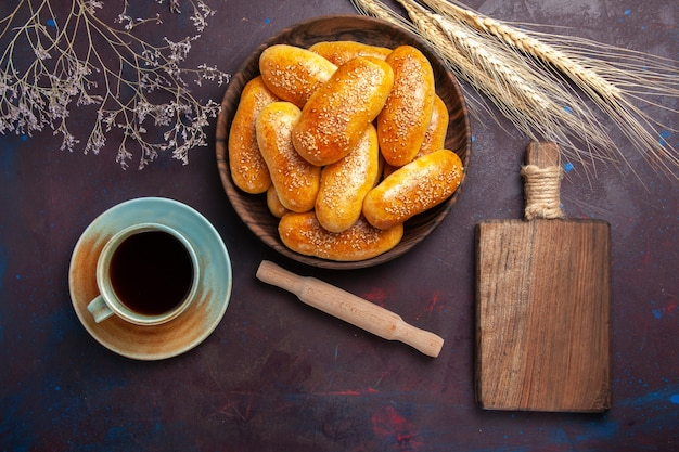 暗い背景にお茶のカップと甘いパテの上面図ペストリー生地ミール食品パティティー