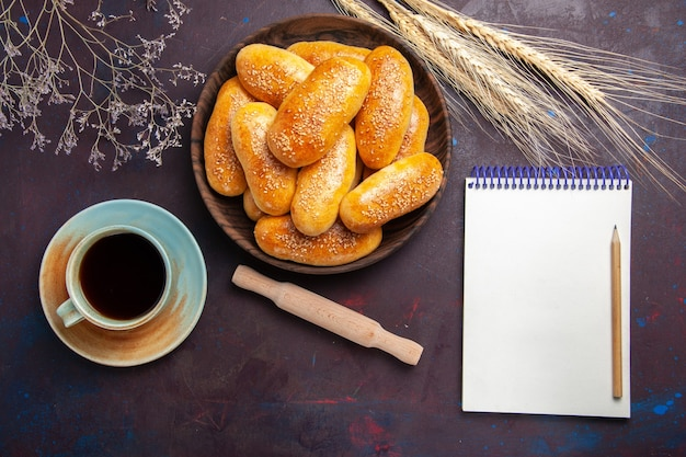 暗い背景にお茶と甘いパテの上面図お茶の食事ペストリーパティ生地食品