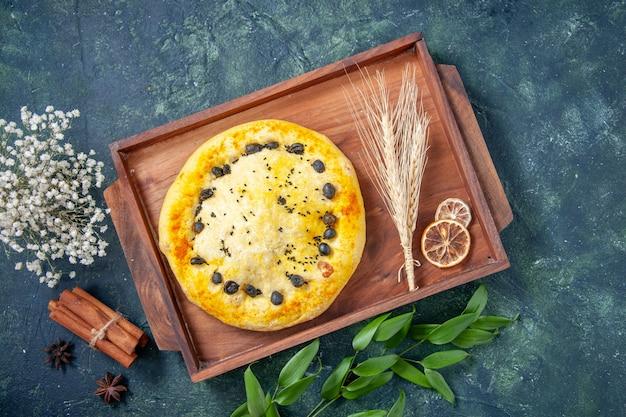 Torta dolce vista dall'alto su sfondo blu scuro hotcake dessert frutta cuocere torta pasticceria cuocere torta biscotto