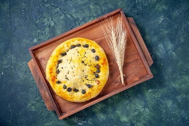 Vista dall'alto torta dolce all'interno della scrivania in legno su sfondo blu scuro torta calda torta di frutta torta torta biscotto dessert pasticceria cuocere
