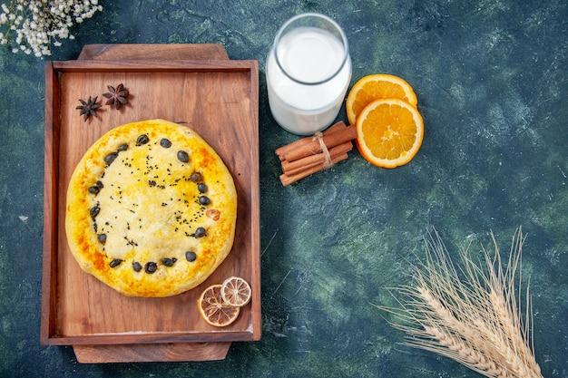 Vista dall'alto torta dolce all'interno della scrivania in legno su sfondo blu scuro torta torta cuocere dolce biscotto frutta hotcake