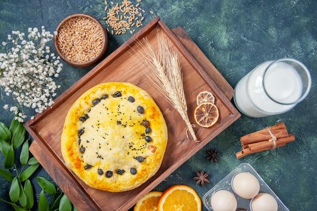 Vista dall'alto torta dolce con latte su sfondo blu scuro hotcake dessert frutta cuocere torta biscotto pasticceria cuocere torta