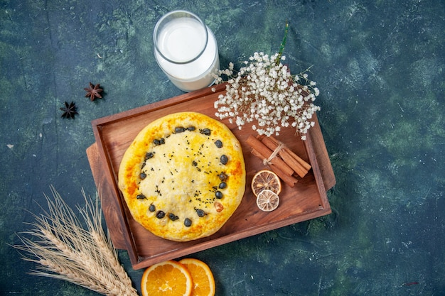 トップビューダークブルーの背景にミルクと甘いパイホットケーキフルーツベイクパイケーキクッキーデザートペストリーベイク