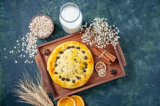 ダークブルーの背景にミルクと甘いパイの上面図ホットケーキフルーツベイクパイケーキデザートペストリーベイク