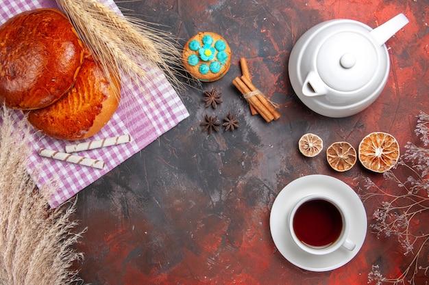 Vista dall'alto di torte dolci con una tazza di tè