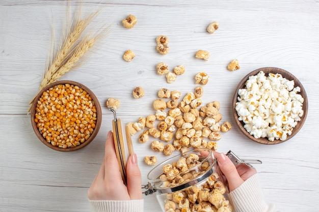 Popcorn dolce vista dall'alto sulla superficie chiara
