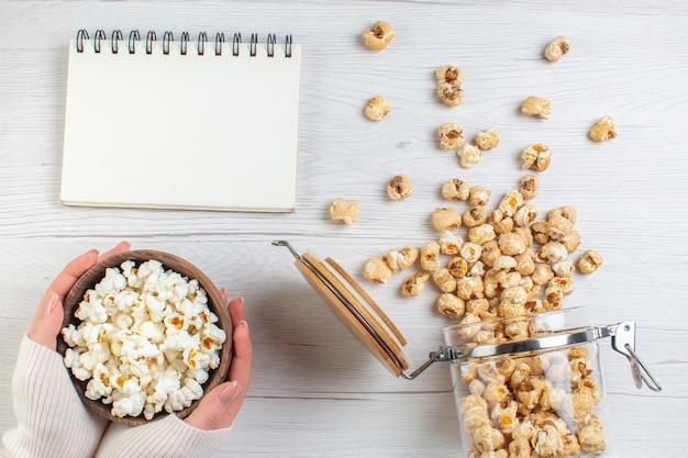 Vista dall'alto popcorn dolce con popcorn salato sulla superficie chiara