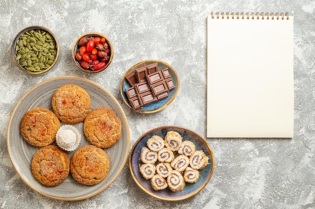 흰색 바탕에 초콜릿 상위 뷰 달콤한 모래 쿠키
