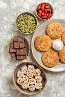 Вид сверху сладкое песочное печенье с шоколадом на светло-белом фоне