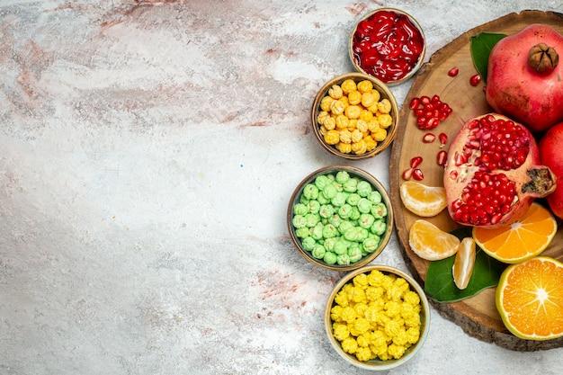 上面図白い背景に新鮮な果物と甘い砂糖漬け砂糖漬けフルーツ甘い
