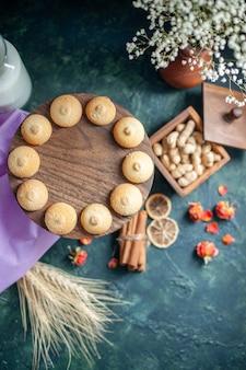 ダークブルーの背景に甘いおいしいビスケットの上面図茶砂糖パイ写真デザートクッキー料理