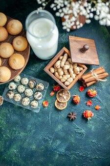 上面図紺色の背景にミルクとナッツの甘いおいしいビスケットパイビスケットティーケーキ写真デザートクッキーシュガー