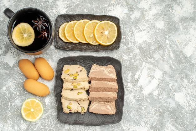 Vista dall'alto dolci una tazza di tè biscotti al limone semi di girasole halva