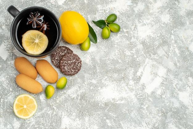 Vista dall'alto dolci una tazza di tè con agrumi biscotti al limone