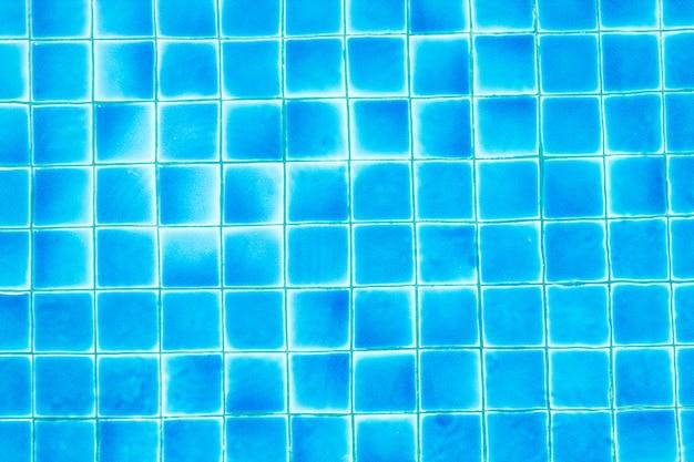 Вид сверху на бассейн с голубой водой