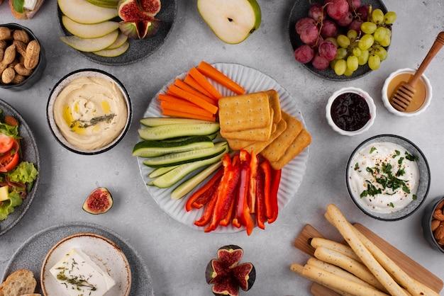 Tavolo con vista dall'alto pieno di deliziose disposizioni di cibo