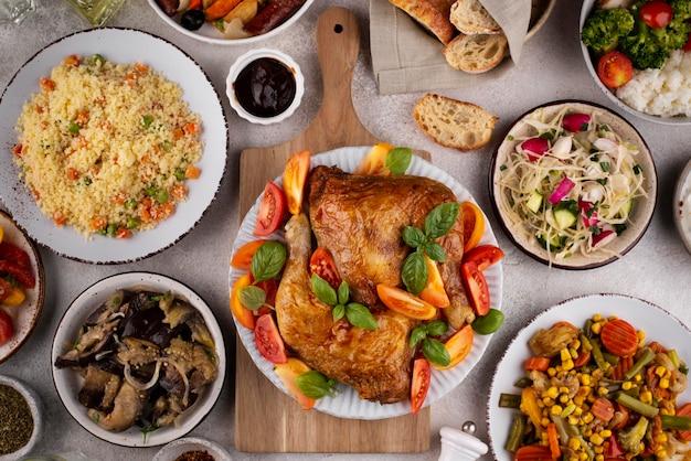 Tavolo vista dall'alto pieno di deliziosa composizione alimentare