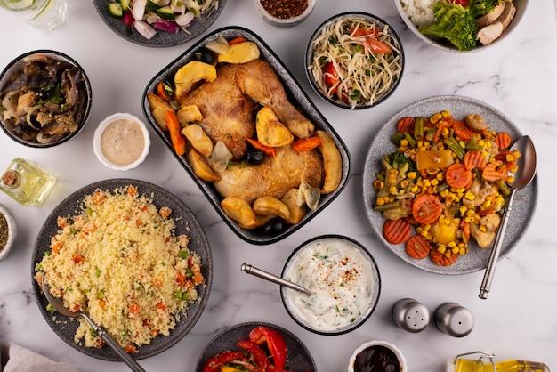 Стол с видом сверху, полный вкусного ассортимента еды