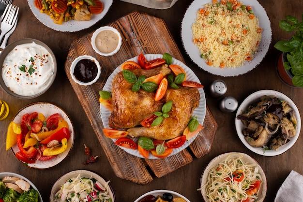 맛있는 음식 구성으로 가득한 상위 뷰 테이블