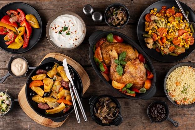 Стол вид сверху, полный вкусной пищевой композиции