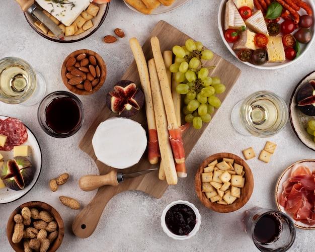 맛있는 음식으로 가득 찬 탑 뷰 테이블
