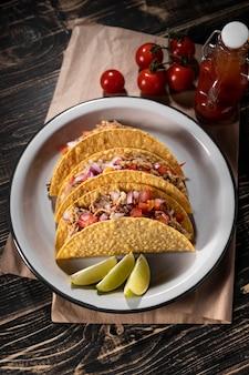 Tacos di vista dall'alto con verdure e carne