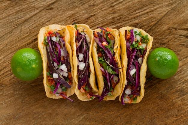 Tacos di vista superiore su fondo di legno