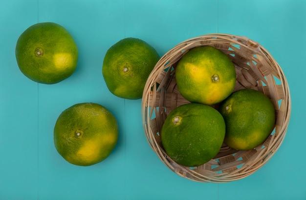 Mandarini di vista dall'alto in un cestino